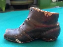 Kicsi kerámia viseltes cipő