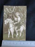 BÉKEIDŐ KARÁCSONY FELDÍSZITETT KARÁCSONYFA FENYŐFA KISFIÚ HINTALÓ FOTÓ FÉNYKÉP cca. 1932 ENTERIŐR