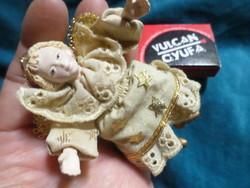 8 cm-es , műgyanta - textil angyalka / karácsonyfadísz . Nem régi , nosztalgia termék .