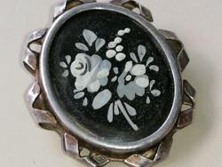 Ezüstözött keretben régi kézzel festett zománcozott bross kitűző