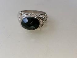 Ezüst gyűrű fekete csiszolt onix kővel, áttört mintás gyűrű sinnel 925
