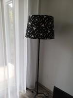Állólámpa fekete-fehér mintázatú textil búrával
