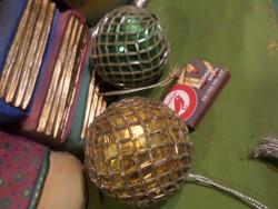 2 db flitterrel és gyöngyhálóval bevont , retro karácsonyfadísz / dekorációs gömb . kb 8 cm-esek .