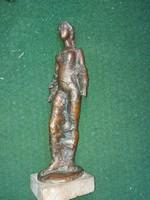 Kecses nő szobor, bronz, márványtalpon, 2865 gramm, 37 cm magas