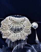 Csigalábakkal díszített ezüst tál kanállal