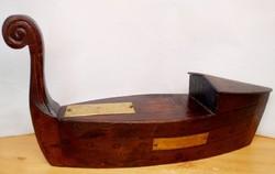 Noé bárkája, tömör fából készült kézműves szobor. 1987-ben készült egyedi ritkaság.