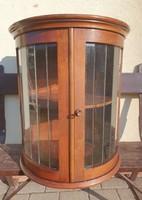 Zárható íves antik fali vitrines szekrény, eredeti üvegekkel, kulcsával