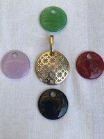 Arannyal bevont rácsos medál féldrágakő betétekkel, 3,6 cm átmérő