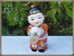 Kézzel festett, tömör porcelán kínai kisfiú figura