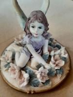 Angyalkás, porcelán figura, arany színű talpazaton!