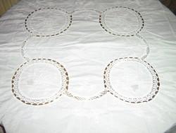 Álomszép kézzel horgolt betétes fehér madeira hímzett terítő