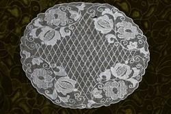 Hímzett tüll csipke kézimunka lakástextil dekoráció kis méretű terítő asztalközép 29,5 x 24 cm