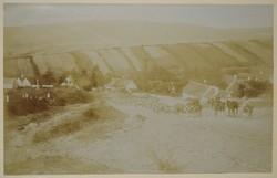 Régi képeslap katona hegymenetsereg bevonulás a faluba