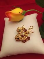 Arany színű virágos bross, kitűző
