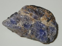 Természetes Tanzanit kristályok a Kvarc szemcsés Grafit anyakőzetben. Gyűjteményi darab. 39 gramm