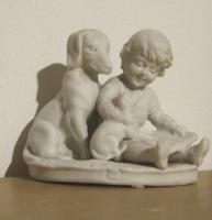 Régi, antik kisméretű, bájos biszkvit porcelán figura,szobor-kisfiú olvas a kutyáinak