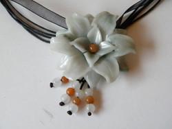 Üvegből készült virág medál