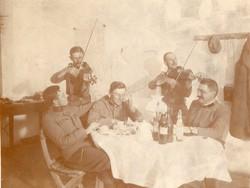Katona csoportkép, vidám társaság, hegedülő katonák, mulatozó katonák, 11x8 cm
