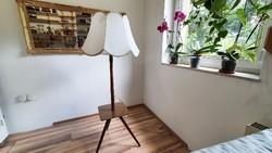 Négyzet alakú lerakó asztalos állólámpa. Régi, retró. Fából, hibátlan , régi textil ernyővel.