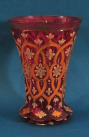 Biedermeier vörös üvegváza, gyönyörű virágmintával