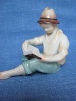 Kőbányai porcelán könyvet olvasó kisfiú