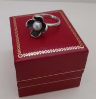 Szép állapotú Jelzett ezüst gyűrű virágot ábrázoló valódi gyönggyel ékítve a közepén dobozában