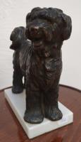 Bronz kutya szobor márvány talapzaton
