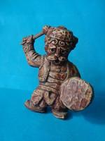 Dobos figura  , préselt műgyanta