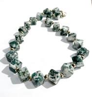 Zöld jáde ásvány nyaklánc ezüst gyöngyökkel és kapoccsal