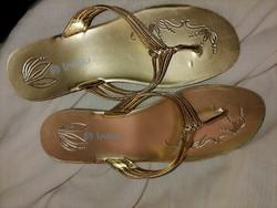 Szebbnél szebbek molett nálam márkás aranyszínű Inblu 38 lábujjközes nyaralós kánikula utcai papucs