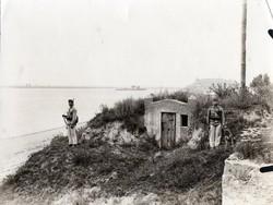 Katona csoportkép, magyar, bunker, kutya, felszerelés, 12x9 cm