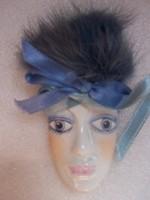 Velencei maszk- fajansz  festett porcelánfajansz  + műszőrme  8,5 x 5 cm. Falra akasztható vagy kitű