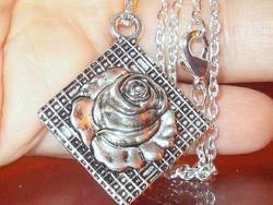 Rózsa virágos fémplasztika Tibeti Ezüst Iparművész  Nyaklánc