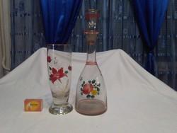 Régi, kézzel festett, virágos  boros üveg, karaffa és nagy pohár - együtt