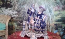 Porcelán jelenetes szobrok