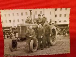 Antik fénykép traktoros brigád ábrázoló fotó a Fényes Szellők idejéből a képek szerint