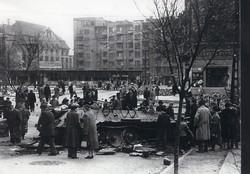 1956 fénykép modern előhívás/nagyítás 22x15 cm Szétlőtt harckocsi a Móricz Zsigmond körtéren