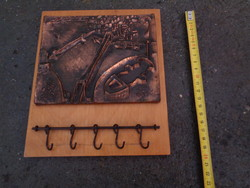 Retró fali kulcstartró dombornyomott képpel