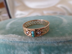 Gold ring with turquoise and pearls