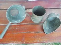 Régi konyhai fém kellékek, sziták, pohár