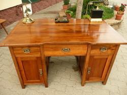 Antik, szecessziós, térbe rakható, színtiszta diófa kisebb méretű íróasztal az 1910-s évekből