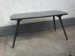 Retro fekete dohányzóasztal, használható de felújításra szorul