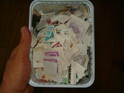 145 gramm ömlesztett főleg osztrák nak látszó bélyeg lot sok papíron kivágások egyben