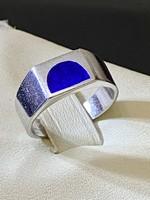 Letisztult formájú, tömör ezüst gyűr,  lápisz lazuli kővel