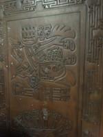 Bőrborítású fa dohányzóasztal, azték mintázat