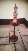 Wooden pedestal, twisted legs, in very good condition. Bargain!
