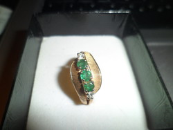 Gold ring with emerald brill