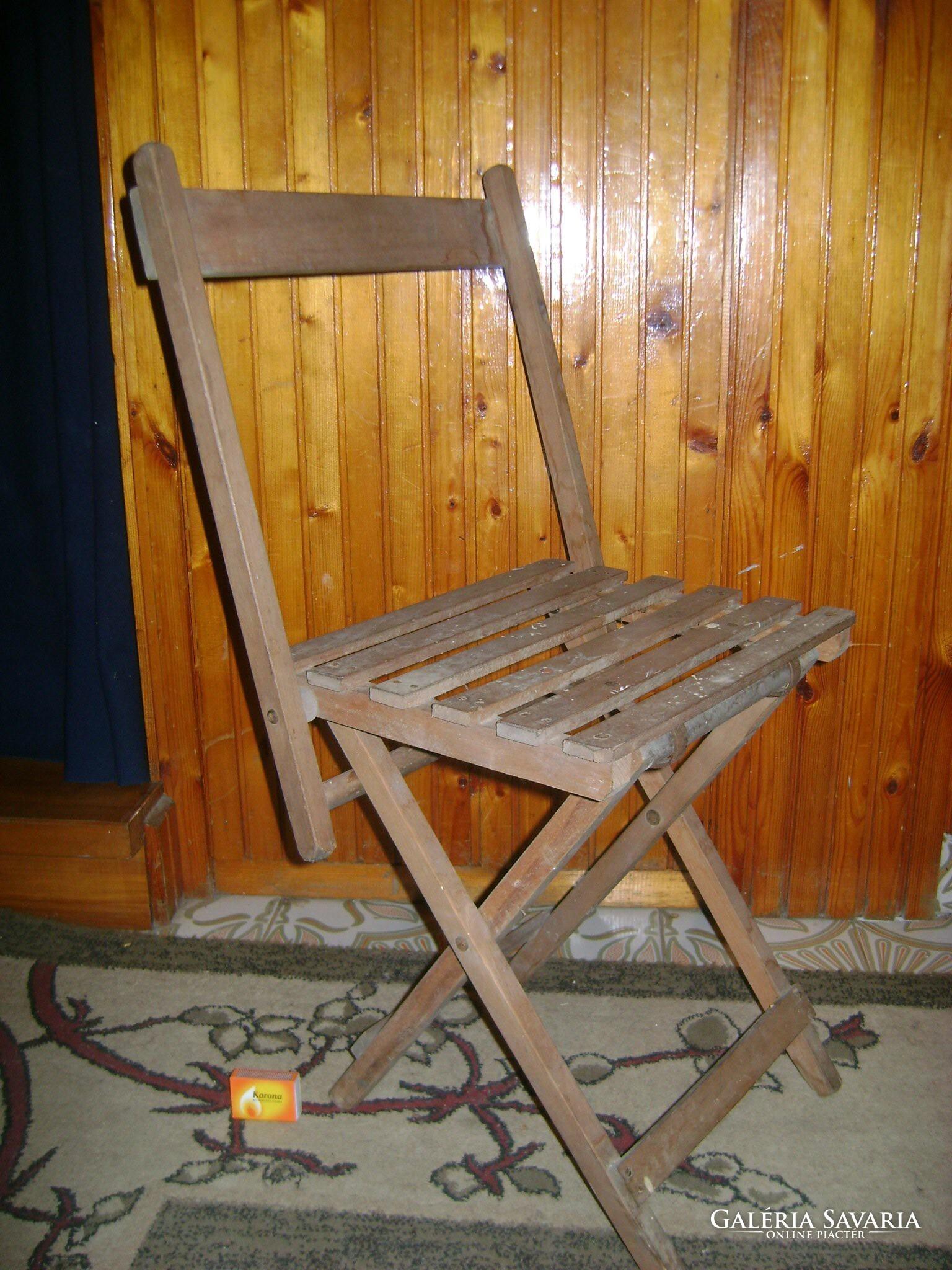 Régi, összecsukható kerti szék amolyan se kicsi, se nagy
